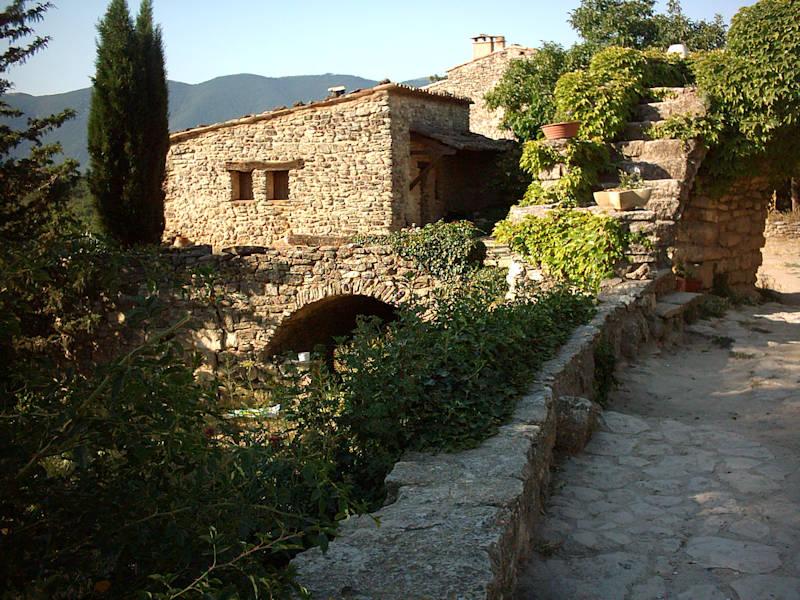 En entrant au village